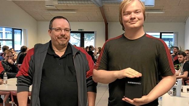 Produktionschef, Peder Jul Jensen og Anders Dahl Sørensen ved overrækkelsen af Anders' svendebrev