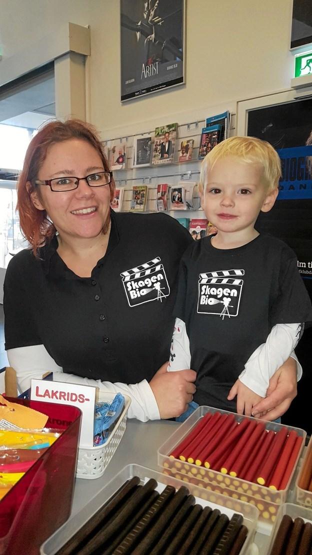 På lørdag fortæller Sebastian på fire år og hans mor, Kia Nielsen, mere om de mange gode familiefilm, der vises i Skagen Bio. De er på torvet ved Vandkunsten. Privatfoto Foto: Hans Jørgen Callesen