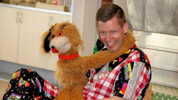 Hunden Katinka er ikke altid enig med klovnen Migu. Flemming Dahl Jensen