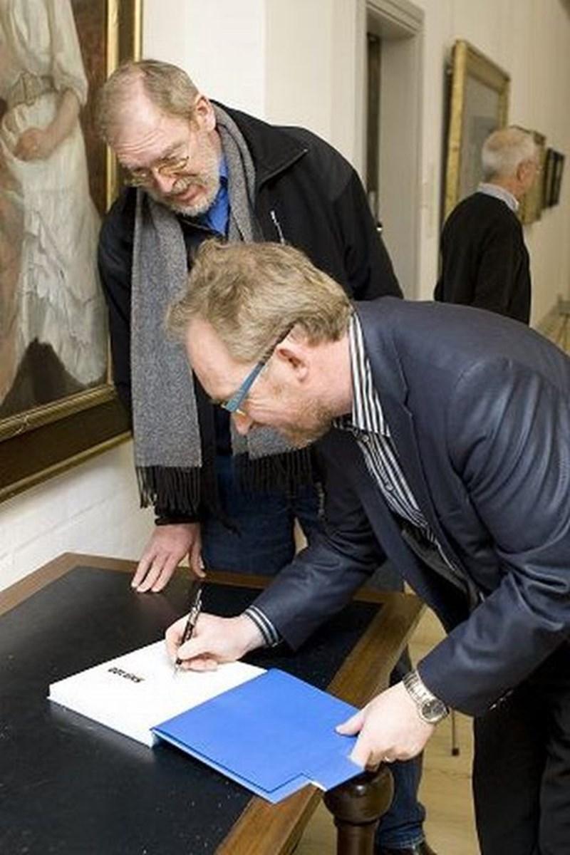 En stor del af bogens forfattere var mødt frem til præsentationen heriblandt DRs vejrmand Jesper Theilgaard.Foto: Peter Broen
