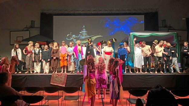 70 skoleelever på 6. klassetrin medvirkede på den ene eller anden måde i musicalen både på og bag scenen. Privatfoto: Søs Haals