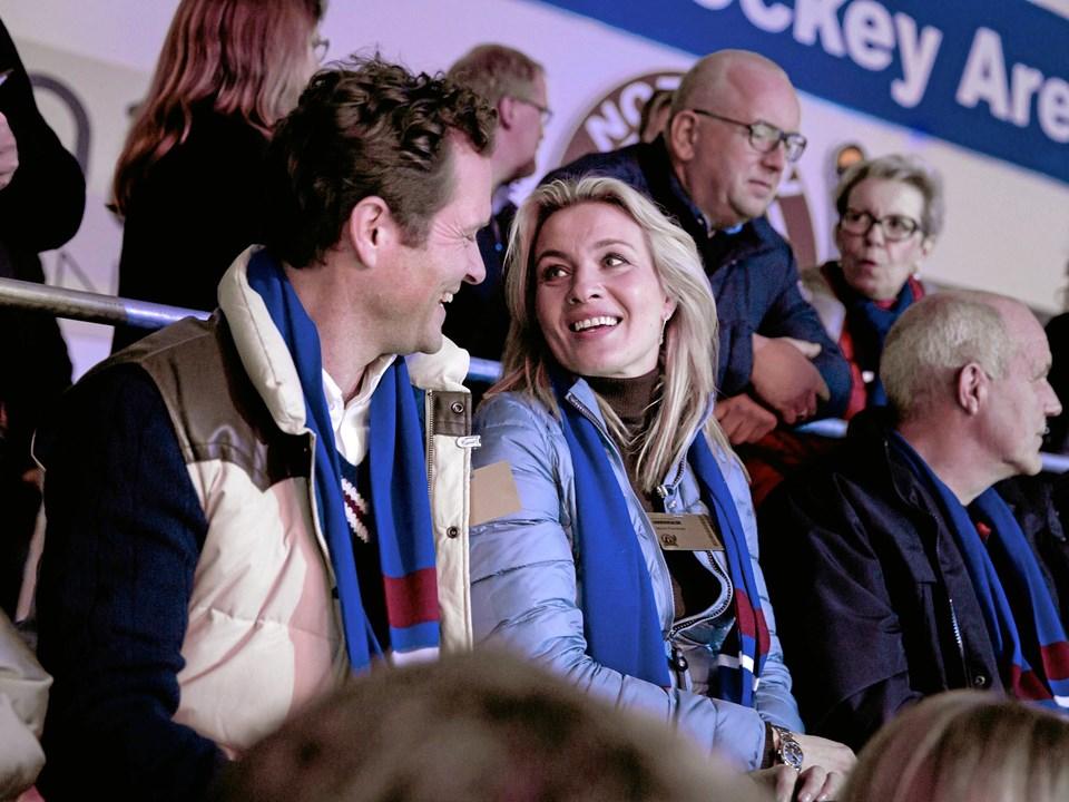 Borgmester Martin er gift med politimand Toms søster, Jackie (Anne Sofie Espersen, som i øvrigt i den virkelige verden er søster til politiker Lene Espersen).