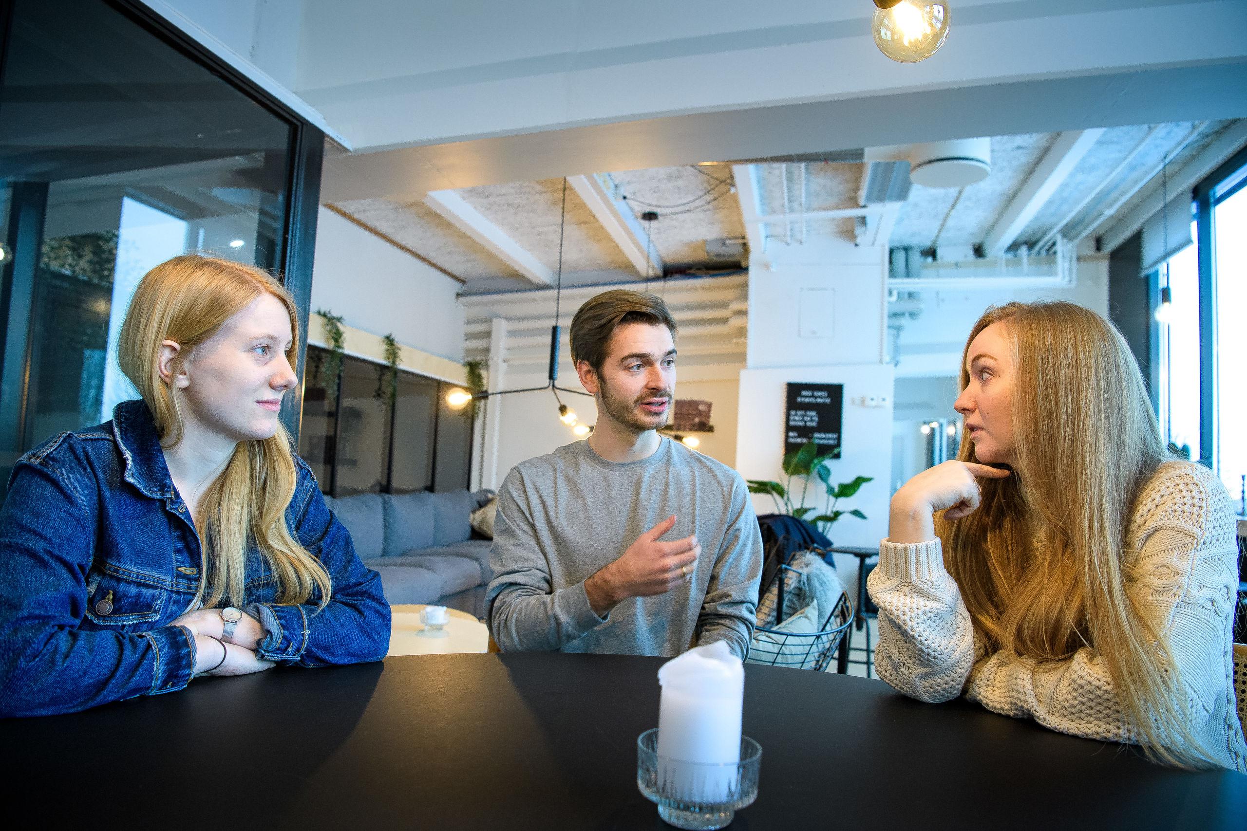 De tre studerende er enige om, at der er brug for lektiecaféer, men de er heller ikke i tvivl om, at lektiecaféen også kommer til at give de kommende lærere nogle gode erfaringer. Og så er de vilde med rammerne hos A2. Foto: Bo Lehm
