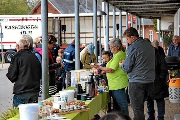Der var gang i salget af både kaffe, kage, pølser osv. Foto: Hans B. Henriksen