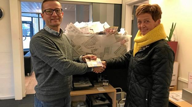 Ugevinderen i handl lokalt-kampagnen blev for uge 50 Mona Jordansen. FREDERIKs handelschef Dan Kobberup overrækker her præmien.