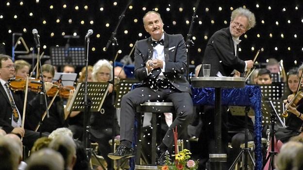 Naturligvis også et tryllenummer fra Søren Pilmark. En våd serviet fra et glas vandt blev tryllet om til det fineste papir-snevejr foran de 500 publikummer. Foto: Ole Iversen Ole Iversen