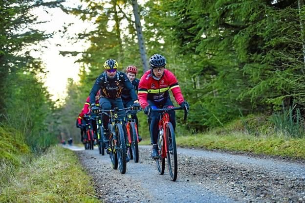 På vej gennem Vilsbøl Plantage føres en af de forreste grupper af Morten Andersen fra Thisted.Foto: Ole Iversen Ole Iversen