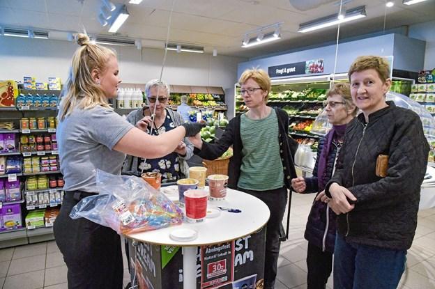 Klara Madsen var rundhåndet med smagsprøverne fra Ismejeriet Thy. Foto: Ole Iversen Ole Iversen