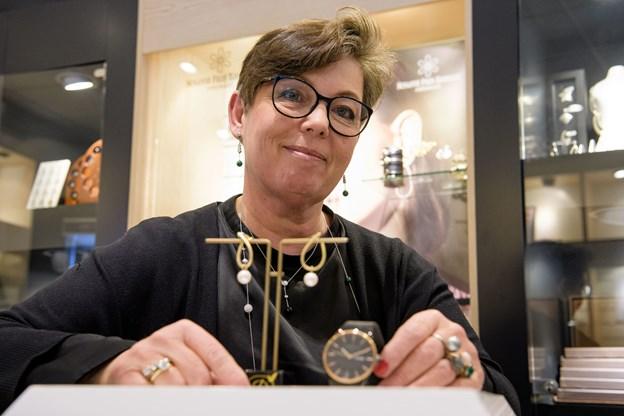 Tina Jensen fra Smykke-Form med årets gave til ham og hende. Foto: Anne Helene Kahr Thomsen