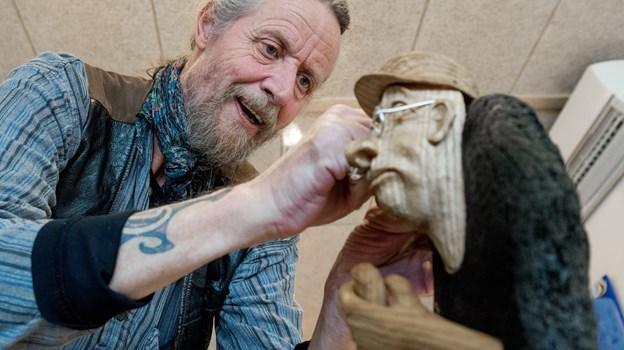 Henrik Sigensgaard fastgjorde en lillebitte kniv til den lille mand på skulderen af træmanden.