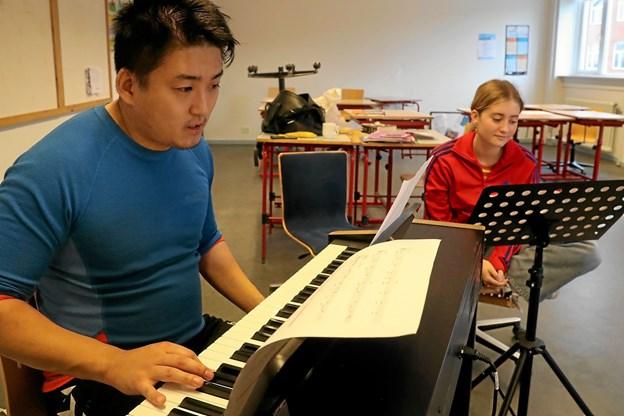 Sangteknikken skal på plads. Her øver lærer Simon Skytte med Rose Bøgh Christensen. Foto: Allan Mortensen Allan Mortensen