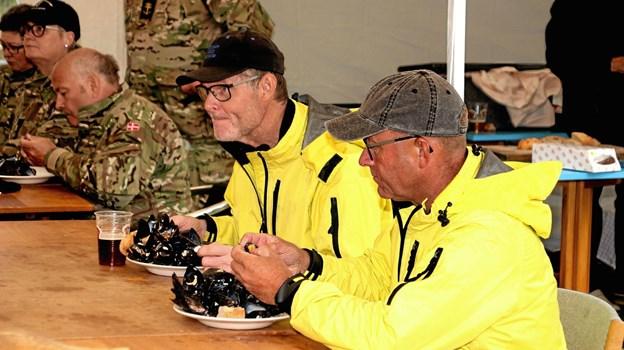 Disse to fyre nød hver en stor portion lækre dampede muslinger. Foto: Hans B. Henriksen Hans B. Henriksen