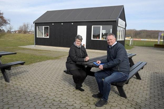 Det er tredje år festivalen bruger stadion som campingområdet, og Lis Jensen fortæller, at mange af gæsterne mødes og hygger sig på de borde og bænke, der er ved siden af informationshuset. HENRIK LOUIS