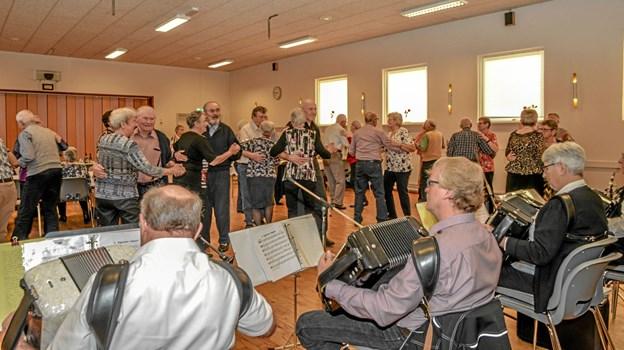 Der var gang i dansegulvet i Alling Forsamlingshus fredag aften. Foto: Mogens Lynge Mogens Lynge