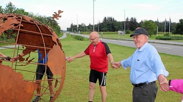 De friske motionister lavede sammen med Egon Svendsen en menneskekæde om Moder jord.