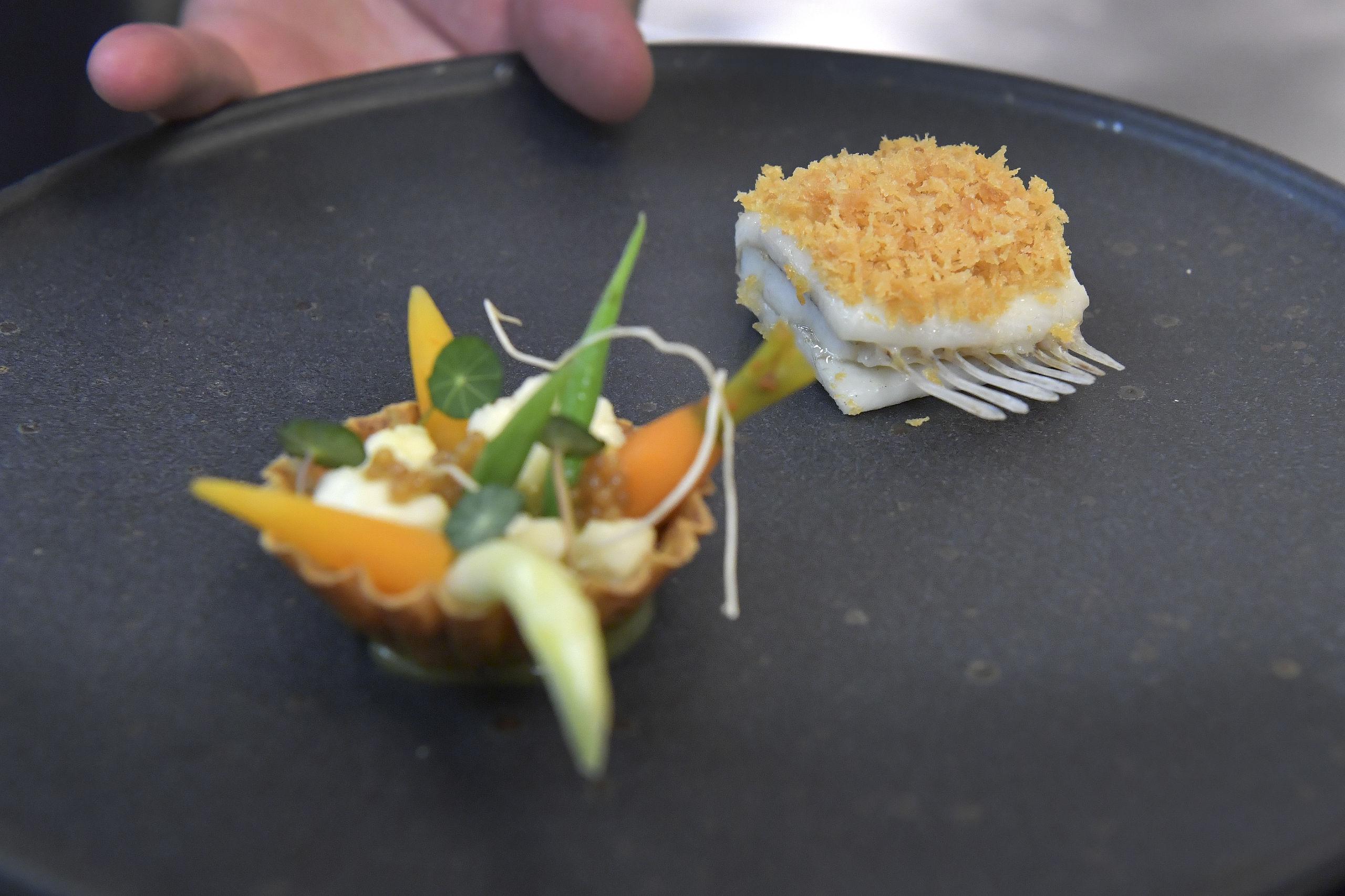 Her er det en del af snack-serveringen fra Ruths Hotel, der indeholdt taskekrabbe, Østers og rogn. Foto: Bente Poder