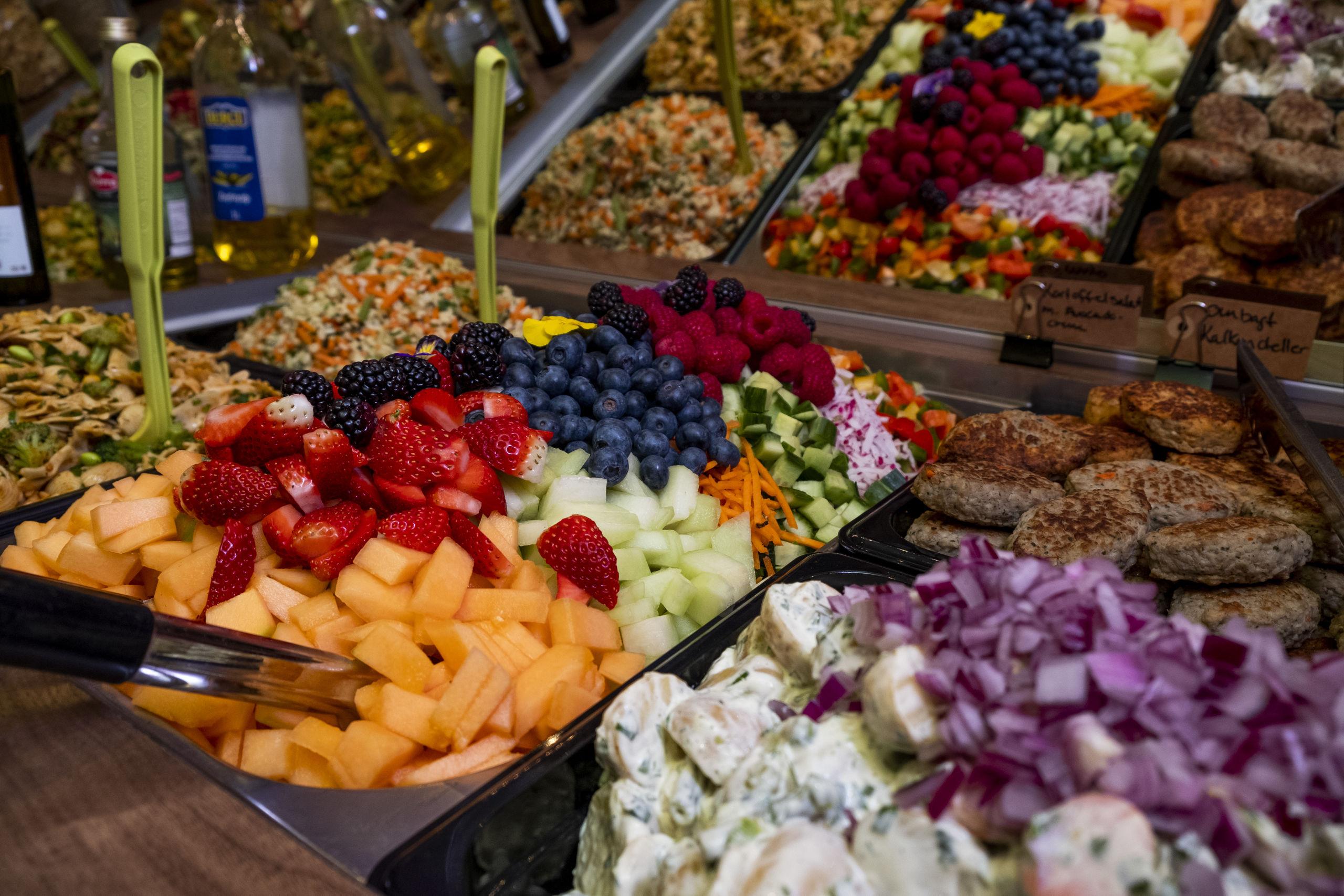 Salatbaren er et kæmpe hit, og Sameh elsker at eksperimentere og lave nye salater. Foto: Lasse Sand