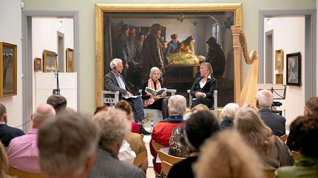 Tilhørerne var vidne til en dialog mellem Susanne Jorn (i midten) og Jytte Rex (th.), modereret af kommunikationschef Niels Bünemann (tv.). Foto: Skagens Kunstmuseer