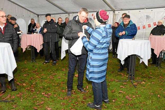 Inger Nielsen overrakte 35.000 kroner til foreningens formand Preben Reinholdt fra Vennekredsen. Foto: Herluf Johansen