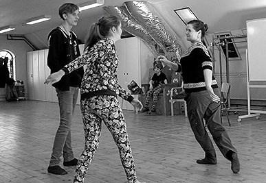 Fra et tidligere skoleforløb i Fyrkatspillets øvelokale - her med skuespiller Mette Frank (t.h.) som underviser. Privatfoto Picasa