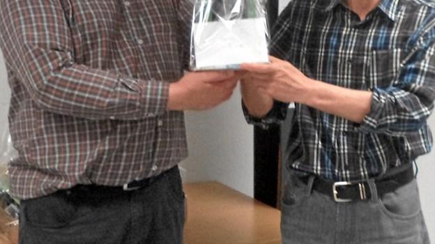 John Buhl til højre modtager her sin førstepræmie. Privatfoto.