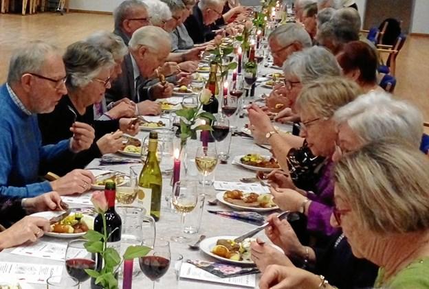 Fællesskab og hygge er korets DNA - og mad skal der jo til for at holde stemmen i form