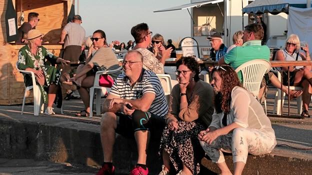 Mange nød den varme aftenaften på havnen i Ålbæk. Foto: Peter Jørgensen