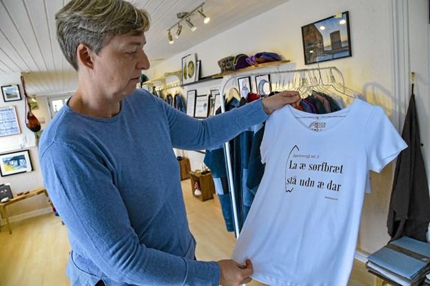 Egensyede T-shirts med lokale sætninger på dialekt er populære. Foto: Ole Iversen Ole Iversen