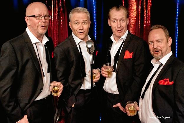 Jakob Morild (nr. to fra højre) har denne gang selskab af Karsten Jansfort, Morten Wedendahl og Thomas Pakula, når han 12. november optræder i Den gamle Biograf i Mariager. PR-foto