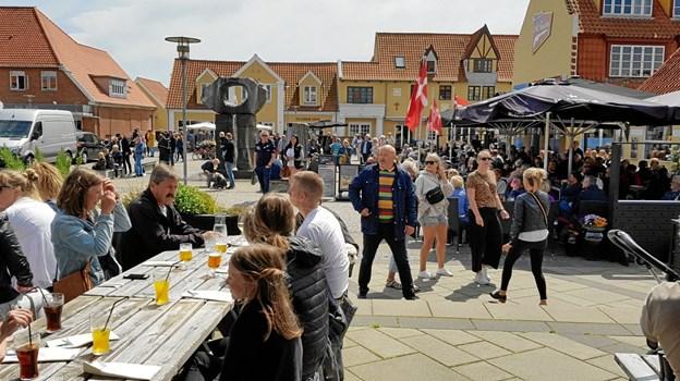 Pladsen ved Vandkunsten var godt besøgt om eftermiddagen, med gæster på restauranterne og på torvet. Foto: Ole Svendsen