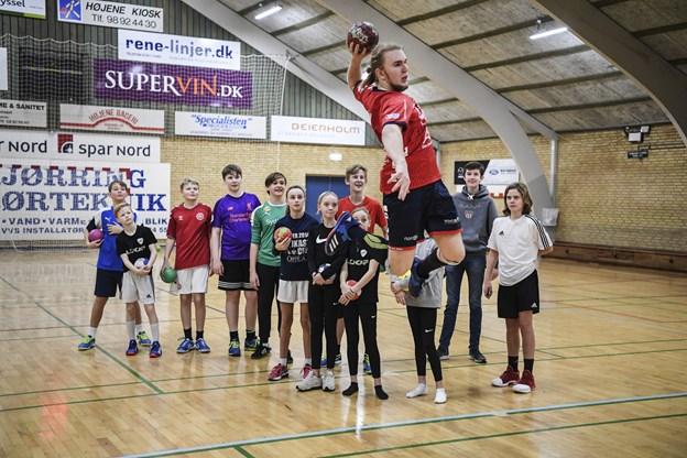 Anton Dahl Jepsen, der trådte sine barnesko i SHI's håndboldafdeling, var på visit. Den blot 16-årige spiller kom sidste år på kontrakt i SG Flensburg-Handewitt, så han både bor og tager sin uddannelse (10. klasse) syd for grænsen.Foto: Bent Bach