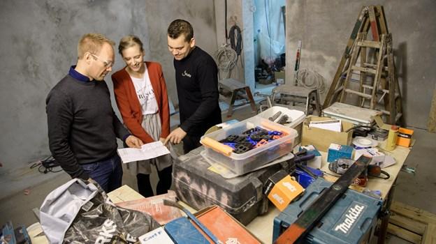 Da baren stadig var under opførelse på Havnevej 11 fik vi ejerne Jakob Sund t.v. og Nicklas Lennert t.h. til at se på tegningen af indretningen sammen med Karoliina Pekkala. Peter Broen