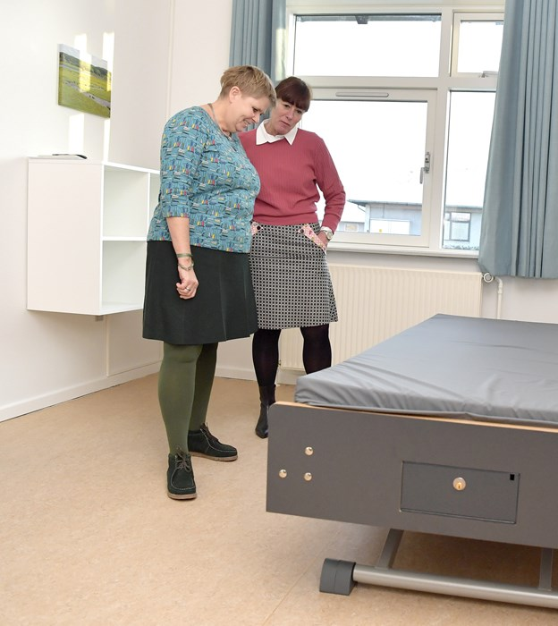 Jette Ramskov Kristensen (S) og psykiatridirektør Anette Slot besigtigede de nye pladser. Foto: Bente Poder