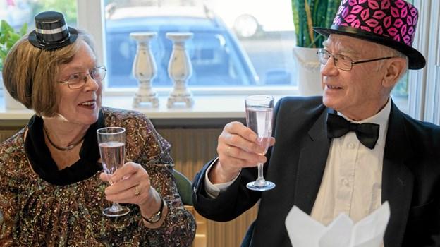 De mange gæster til nytårskuren var festklædte, og Inga Lis og Johannes Jensen havde også fundet nytårshattene frem. Foto: Niels Helver Niels Helver