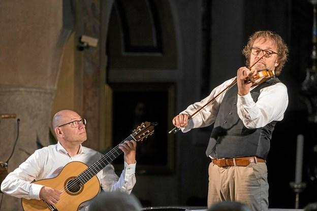 Finn Svit (guitar) og Jochen Brusch (violin) giver lørdag koncert i Hobro Kirke. Privatfoto