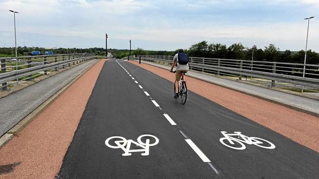 Der er lagt ny, flerfarvet belægning på cykelbroen over motorvejen. PR-foto/Aalborg Kommune