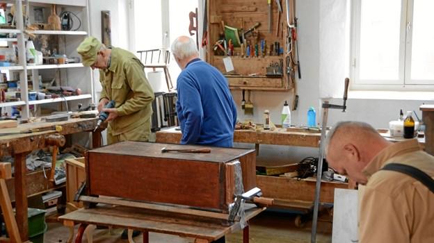 I huset bliver gamle møbler renoveret af fingersnilde hænder.