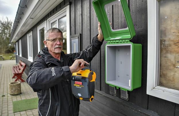 Niels Eistrup Jensen fra Lønstrup Borgerforening glæder sig over, at der nu er opsat en hjertestarter i foreningens hus på Nydalsvej 80. Foto: Kurt Bering