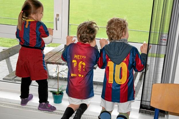 """Tre gange """"Messi"""" vil gerne ud at træne fodbold. Foto: Flemming Dahl Jensen"""