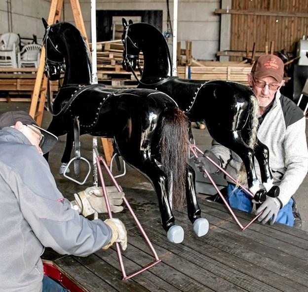 Jens Jensen og Hans-Jørgen Jensen er ved at samle Sindals gamle karrusel. Foto: Peter Jørgensen