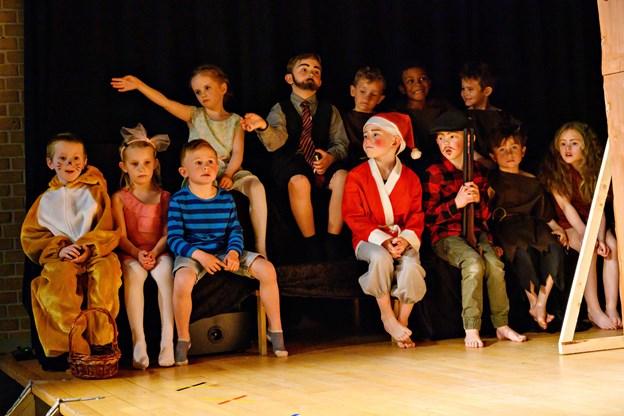 Børnene på scenen. Foto: Kurt Bering Kurt Bering