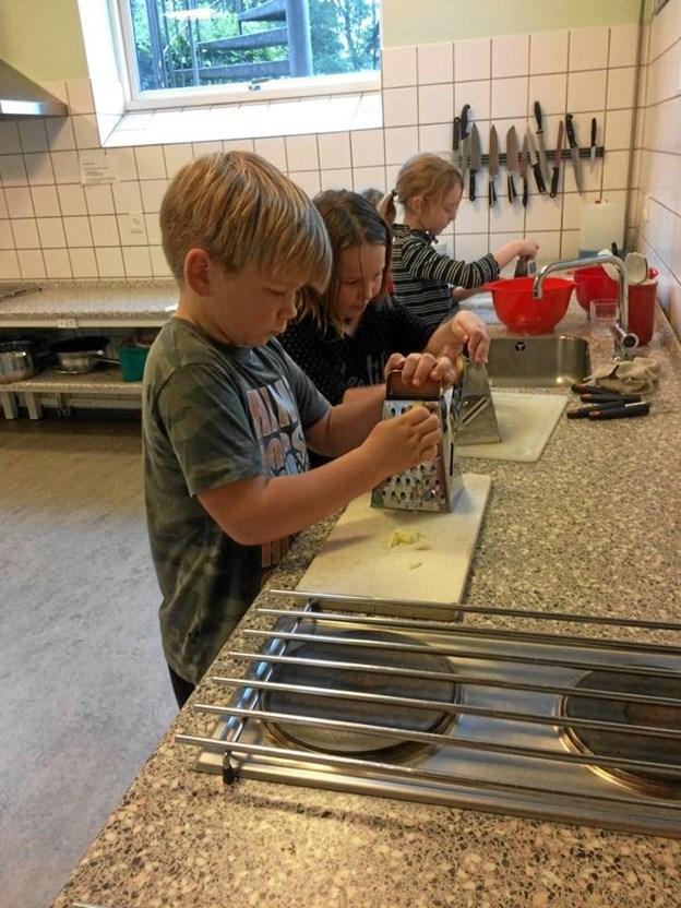 Eleverne havde været flittige i køkkenet, så der var også lækkerier til de besøgende. Privatfoto.