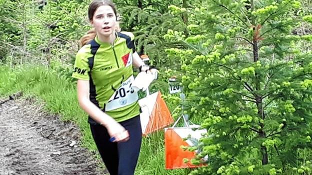 Silja Ebert Svenningsen fra Rold Skov OK stempler sidste post på vej i mål som vinder af klassen for drenge og piger på 15-16 år. Privatfoto