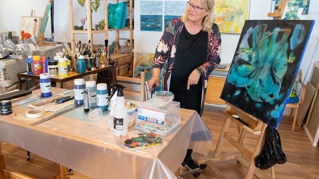 Lillian Hammer har arbejdet som dekoratør og som maler har hun kastet sig over det abstrakte maleri men fortsat med fokus på farver. Foto: Henrik Louis Simonsen HENRIK LOUIS