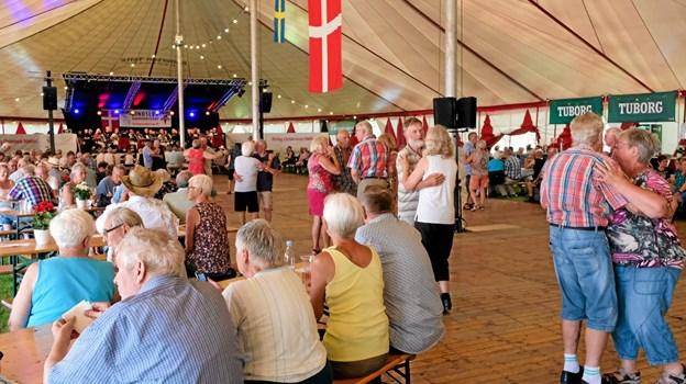 Lige fra den første tone blev der danset trods varmen. Foto: Niels Helver Niels Helver