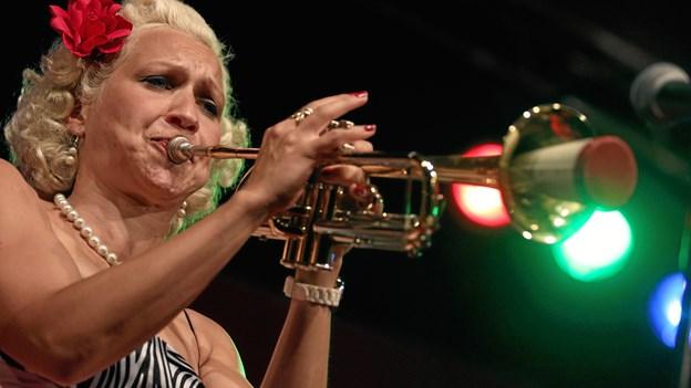 Den svenske multi-instrumentalist Gunhild Carling skyder forårssæsonen i gang i Jazz Hobro.  PR-foto