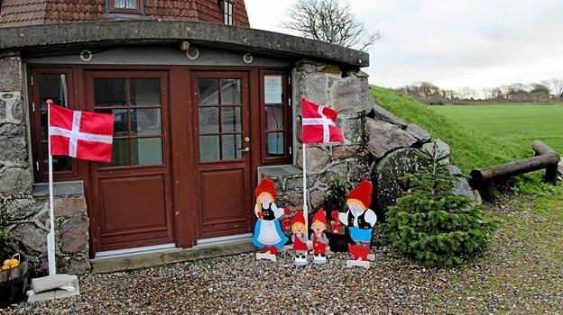 Der var pyntet op foran den gamle mølle i Lyngs på Store Juledag. Foto: Hans B. Henriksen