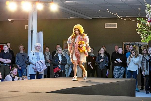 Den store skindudstilling byder også på modeshow.