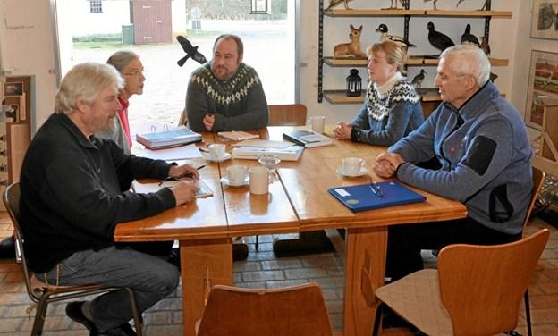 Deltagerne i mødet i caféen i Dorf er fra venstre Lars Hans Pedersen, Runa Christensen, Anders Rydahl-Jensen, Lykke Olsen og Bent Heiselberg.Foto: Ole Torp