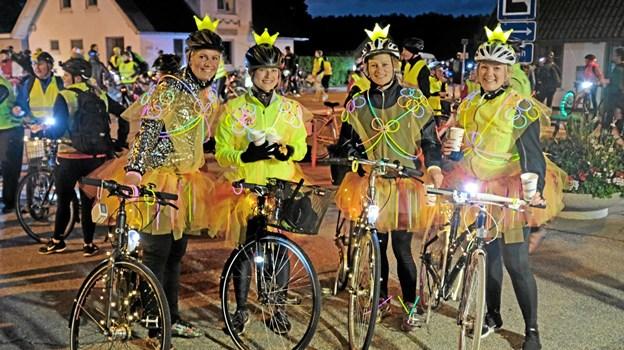 Fire prinsesser cyklede i flot stil Hyggeruten på de 70 km. De er nu halvvejs og nyder en forfriskning i Mosbjerg. Foto: Niels Helver
